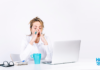 mulher estressada em frente ao computador para dicas para acabar com o estresse