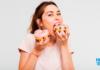 Mulher comendo Dunets antes de identificar compulsão alimentar