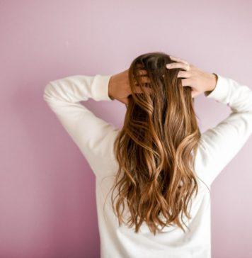 Descubra quais são as causas da queda de cabelo e como evitá-la