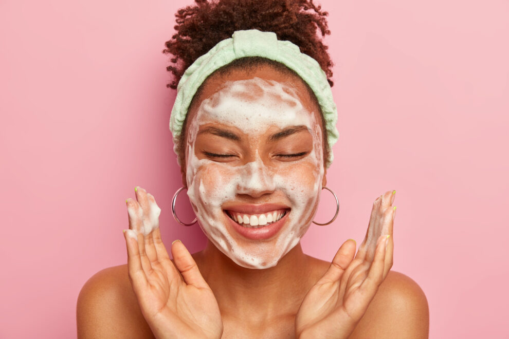 Close no rosto de mulher negra fazendo skincare